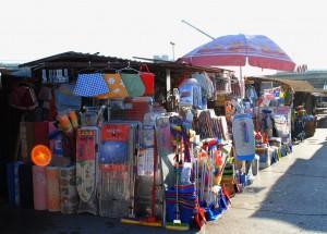 V podmienkach krízy nakupujeme tam, kde je tovar najlacnejší: na trhoviskách a v otvorených trhových strediskách