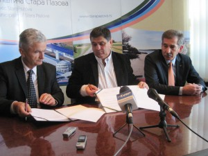 Slávnostné podpisovanie zmluvy o organizácii veľtrhu hospodárstva: (zľava) Milan Božić, Đorđe Radinović a Goran Vranješ