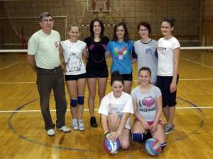Mladé volejbalistky z kulpínskej základnej školy s trénerom a profesorom telesnej výchovy Jánom Lačokom