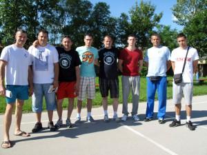 Ivan Krgović (piaty zľava) a jeho spolupracovníci z projektu Volejbal 013