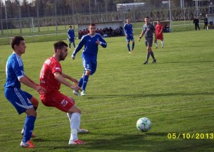 Hráč Doliny Danilo Kovačević (červený dres) sa v Zemune nezapísal medzi strelcov