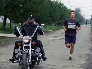 Kto je rýchlejší? Duško Lukač na motorke alebo víťaz PM 2013 Saša Peťkovský.