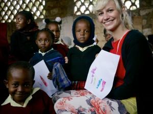 Kenské deti ukázali Kristíne Baluchovej svoje výtvory