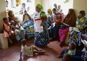 Komunitná zdravotnícka pracovníčka prednáša matkám o správnom dojčení v nutričnom centre v Kwale