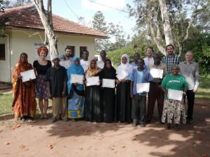 Spoločná fotografia tímu Trnavskej univerzity a kominitnych zdravotníckych pracovníkov so získanými IT certifikátmi v Kwale