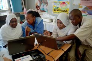 Zdravotné sestry a komunitní zdravotnícki pracovnici na IT lekcii v Tiwi