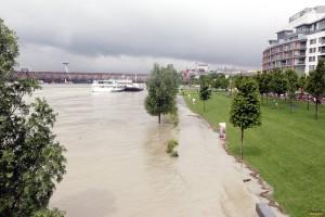 Pohľad na stúpajúcu hladinu Dunaja od bratislavského nákupného centra Eurovea. Foto: Ivan Majerský, Pravda