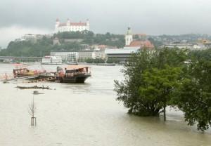 Stúpajúci Dunaj a zaplavená časť Tyršovho nábrežia. Bratislava, 4. jún 2013.  Foto: Ivan Majerský, Pravda