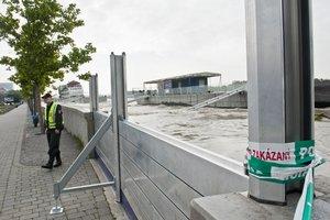Niektoré úseky musia strážiť policajti, viaceré miesta ohradili. (Foto: TASR)